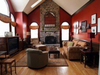 Красная гостиная с камином